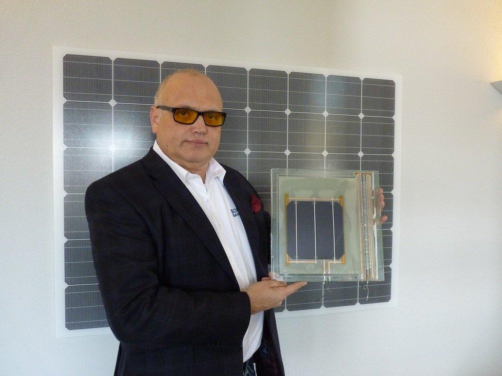 Alfred Jost, Präsident von Solar Bankers, mit dem Prototyp.