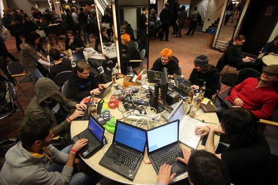 Der Chaos Computer Club hat Strafanzeige gegen die Bundesregierung und Bundeskanzlerin Angela Merkel erstattet. Der Club wirft der Regierung vor, nichts gegen die Ausspähung der NSA zu unternehmen. Das sei unter anderem Strafvereitelung im Amt.