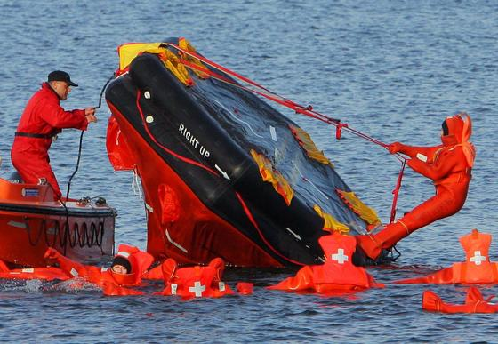 Rettungsübung in der Ostsee vor Rostock: Eine neue Technik soll künftig bei Seenot oder Flugzeugabstürzen kurzfristig hoch zuverlässige Standortdaten übermitteln. Damit können Rettungskräfte schneller am Unglücksort eintreffen.