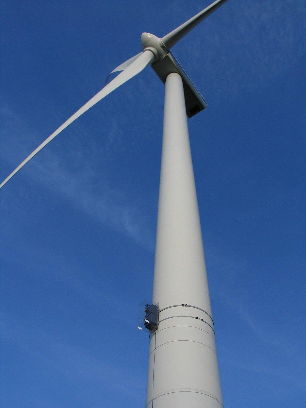 Die Sensoren werden am Windmast befestigt. Die Warnleuchten blinken nur, wenn das Radarsystem ein Flugzeug erfasst.