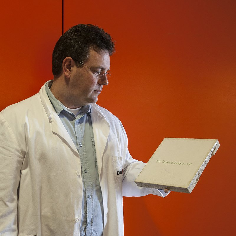 Empa-Forscher Thomas Stahl mit einer Laborprobe des Feuchtespeicherputzes.