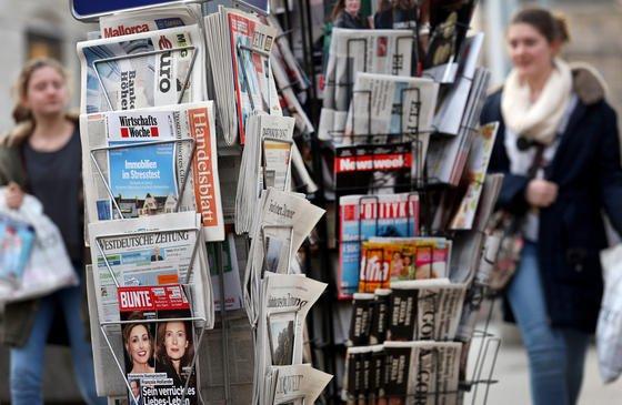 Ein Zeitungsständer am Kiosk: Das gibt es jetzt auch digital. Googlehat seinen Google PlayKiosk in Deutschland jetzt um bezahlpflichtige Zeitungen und Zeitschriften erweitert.