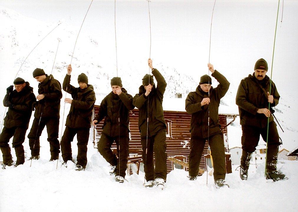 Soldaten des österreichischen Bundesheeren suchen mit Sonden nach Verschütteten in Galtür: Herkömmliche Lawinensuchgeräte erlauben nur eine ungefähre Ortung der Lawinenopfer.