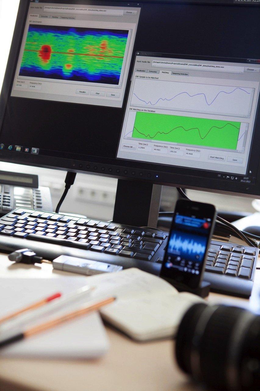 Blick in die Redaktion der Zukunft: Mit der Software von Fraunhofer können Journalisten in wenigen Sekunden überprüfen, ob Audiomitschnitte echt sind.