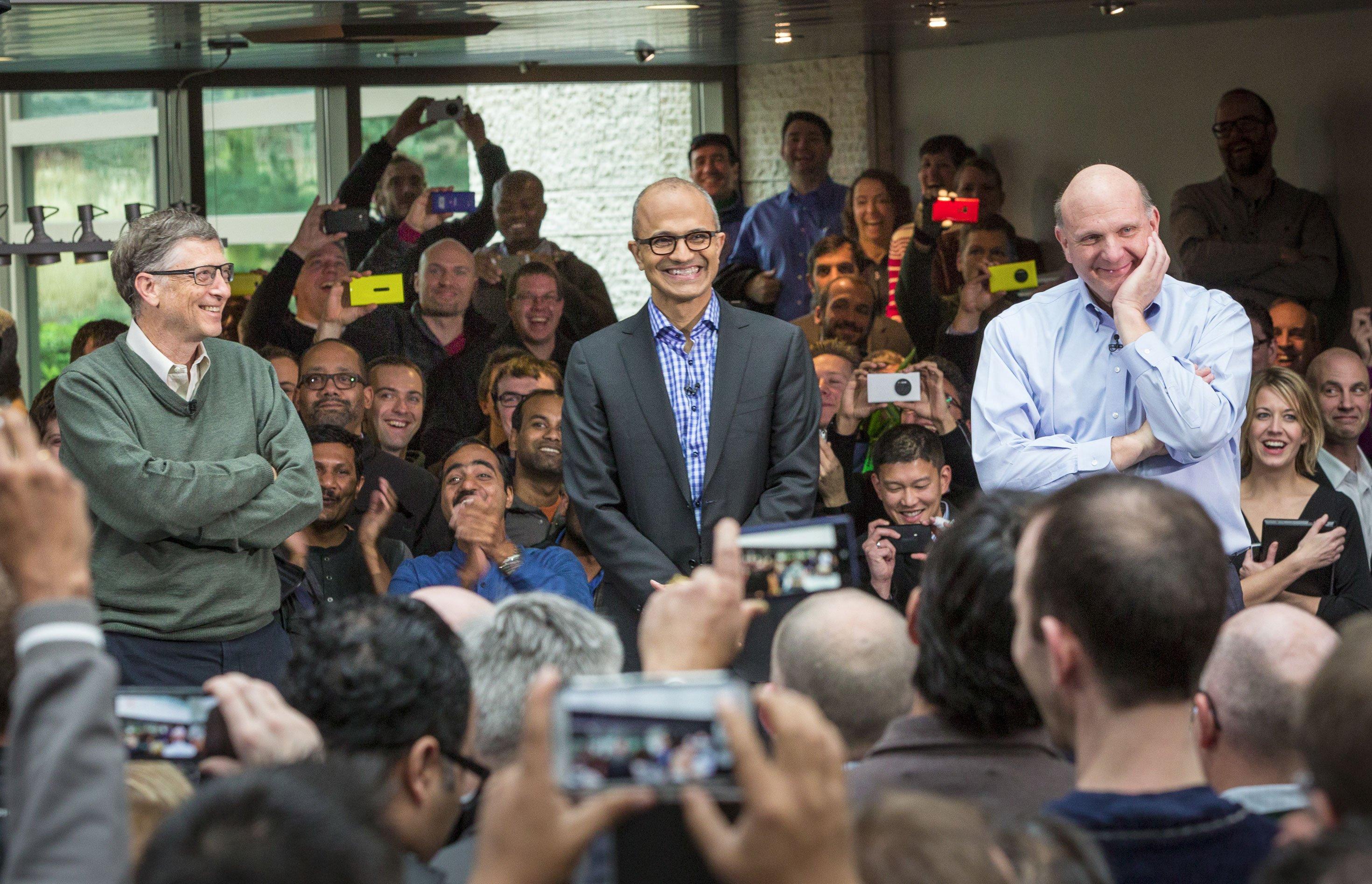 In 40 Jahren hatte Microsoft nur drei Vorstandschefs: Bill Gates (l.), Steve Ballmer (r.), der jetzt ausscheidet und das Ruder anSatya Nadella (m.) weiterreicht.