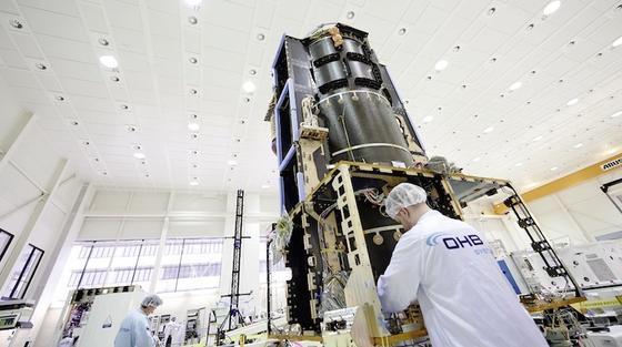 Ingenieure des Raumfahrt- und TechnologiekonzernsOHB haben das Kernmodul der Marssonde fertiggestellt. Es umfasst die sogenannte Struktur, die mit dem Fahrgestell des Autos vergleichbar ist, sowie Antriebsdüsen und Teile des Kommunikationssystems.