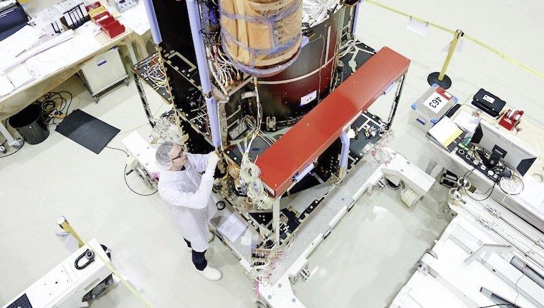 Derzeit befindet sich das Kernmodul auf der Reise nach Frankreich. Dort bauen Ingenieure bei Thales Alenia Space weitere Elektronik ein.