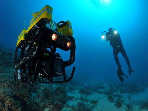 Der mitdenkende Unterwasser-Roboter achtet auf Sicherheit und Gesundheit des Tauchers.
