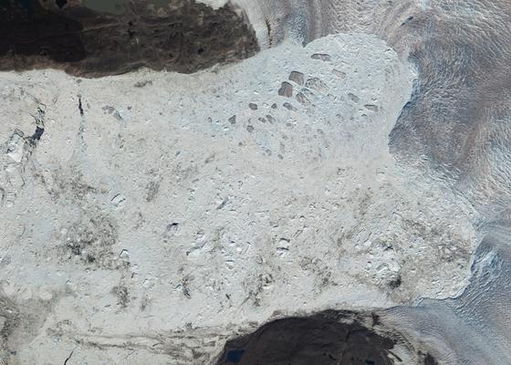 Der Jakobshavn Isbrae im Jahr 2010: Seitdem hat der Gletscher sein Tempo, mit dem er ins Meer fließt (rechts) stark beschleunigt.