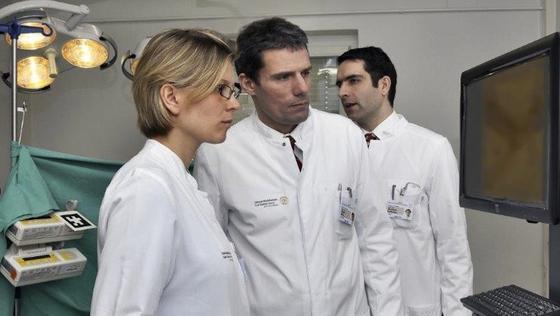 Junge Ärzte sollen zukünftig auf ihre erste Operation noch besser vorbereitet sein. Dafür trainieren sie am OP-Simulator. Die Bewegungen der OP-Instrumente sehen sie als digitales Abbild auf dem Bildschirm. Besonders schwierig ist es dabei, in einem zweidimensionalen Bild dreidimensional zu denken.