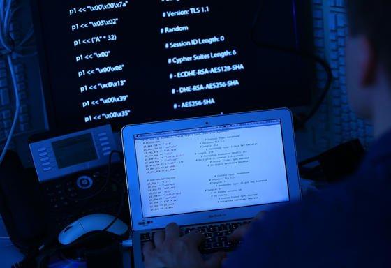 Wie die Hacker an IP-Adressen, Benutzernamen und Passwörter gekommen sind, ist noch ungeklärt. Experten vermuten einen Zusammenhang mit den 16 Millionen erst kürzlich gestohlenen E-Mail-Adressen. Jetzt sollten User als Erstes den Fernzugriff der Fritzbox deaktivieren und Passwörter erneuern.