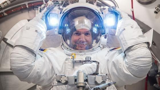 Alexander Gerst testet seinen Raumanzug im Space Center der NASA in Houston/Texas. Während die ISS auf der Nachtseite der Erde ist, beleuchten starke Lampen sein Sichtfeld. Er wird der elfte deutsche Raumfahrer im All sein.