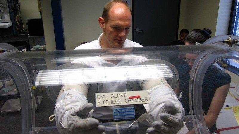 Gerst testet die Handschuhe für seinen Außeneinsatz an der ISS. Er soll Wartungsarbeiten durchführen und wissenschaftliche Instrumente installieren.