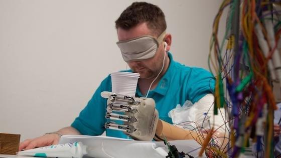 Ein Patient übt den Umgang mit der Prothese LifeHand 2 der Universität Freiburg. Sensoren empfangen Impulse aus seinem Nervensystem, die die Prothese in Bewegungen umsetzt. Damit diese genau richtig dosiert sind, messen Sensoren den Druck und übertragen ihn zurück ans Nervensystem.
