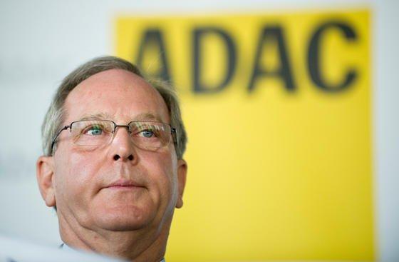 Auf ADAC-Präsident Peter Meyer erhöht sich erneut der Druck: Jetzt wird dem Automobilclub vorgeworfen, auch Platzierungen bei der Wahl zum Lieblingsauto der Deutschen manipuliert zu haben. Sogar Reifentests sollen manipuliert worden sein.