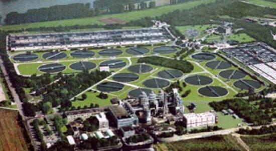 Die Kläranlage von BASF in Ludwigshafen isteine der größten Kläranlagen in Europa. Über 100 Millionen Kubikmeter Schmutzwasser aus den Betrieben und weitere 20 Millionen Kubikmeter aus Städten und Gemeinden werden hier jährlich geklärt.