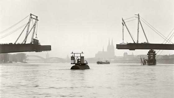 Die Zoobrücke während des Baus im Januar 1965. Im November 1966 wurde sie offiziell eingeweiht.Eine Aufnahme von Hugo und Karl Hugo Schmölz.