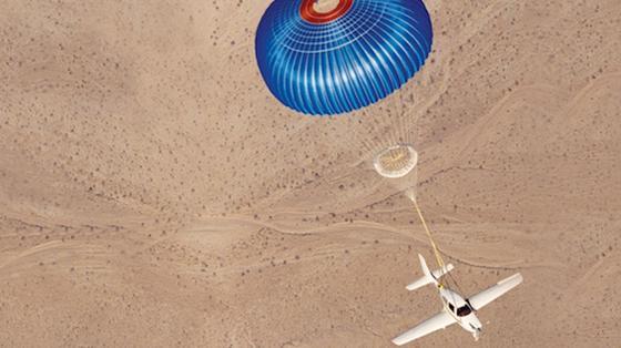 Rettungsfallschirme, mit denen komplette kleinere Propellerflugzeuge heil zur Erde zurückkehren können, wenn auf dem Flug was schief gegangen ist, gibt es bereits seit einigen Jahren. Als neuestes gibt es nun auch einen Fallschirm für ein kleines Düsenflugzeug