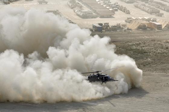 Landung einesHH-60G Pave Hawk Helikopters der US Air Force auf dem Bagram Airfield in Afghanistan: Bei Verlust solcher Hightech-Geräte im Kampfeinsatz gehen auch wertvolle Technologie und sensible Daten verloren. Deshalb lässt die Armee einen Chip entwickeln, der sich bei Bedarf selbst zerstört.