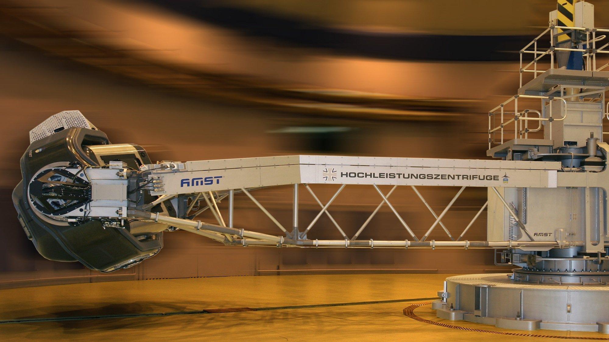 Humanzentrifuge AMST:Die Institute des DLR und der Luftwaffe betreiben Großanlagen wie Druckkammern und Humanzentrifugen, die für unterschiedliche wissenschaftliche Fragestellungen eingesetzt werden.