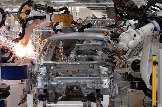 In der Automobilproduktion übernehmen längst Roboter das Schweißen, Bohren und Schneiden. Neue Hochleistungsfaserlaser Jenaer Forscher sollen die Produktionseffizienz weiter erhöhen. Sie können mit einer einzigen Glasfaser mehr als fünf Kilowatt Laserleistung erzeugen.
