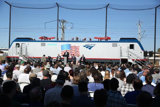 Im Beisein des amerikanischen Vizepräsidenten Joe Biden sowie des US-Verkehrsministers Anthony Foxx Ende wurde in Philadelphia im US-Bundesstaat Pennsylvania die erste elektrische Lokomotive von Siemens für den staatlichen Bahnbetreiber Amtrak präsentiert. Der offizielle Passagierbetrieb startete am 7. Februar.