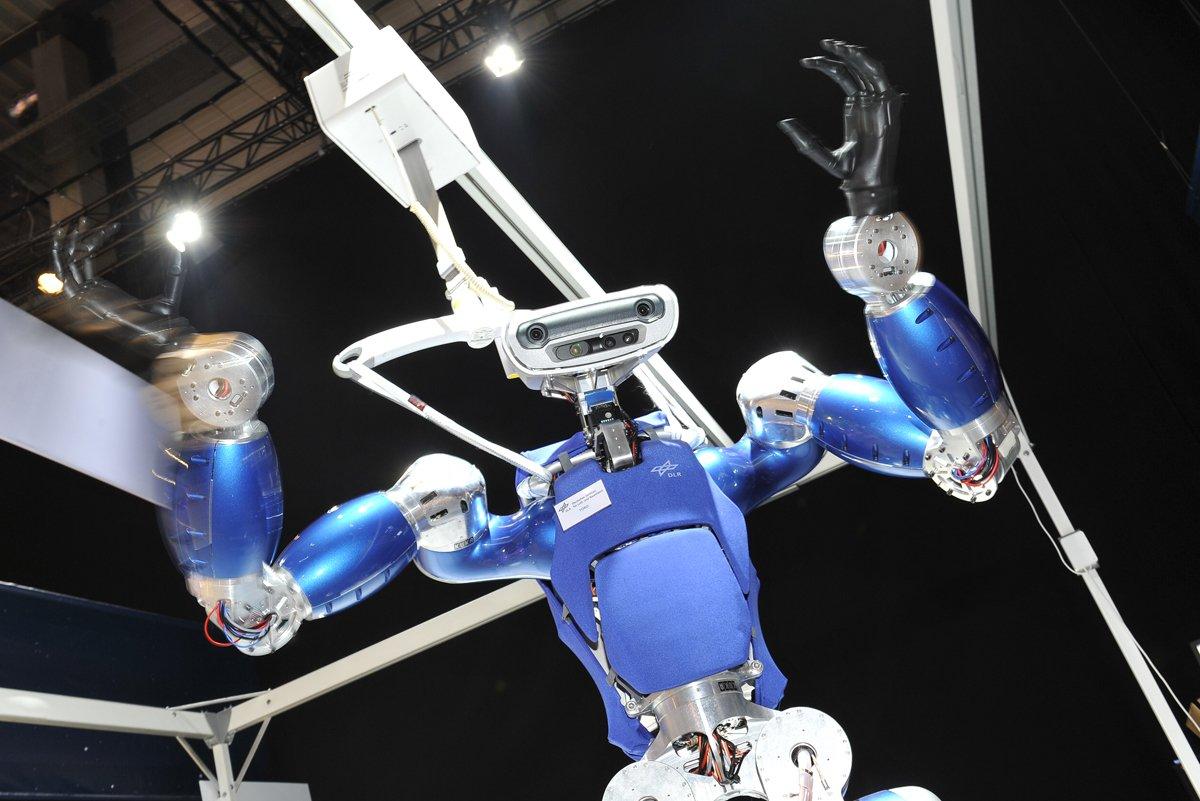 Der humanoide DLR-Laufroboter TORO kann sich auch in unwegsamem Gelände bewegen. Er ist 1,75 Meter groß, kann sprechen und begeistert die Besucher im Space Pavilion auf der ILA Berlin Air Show 2014. Er ist teil einer Kooperation von DLR und ESA, die jetzt auf der ILA um drei Jahre verlängert wurde.