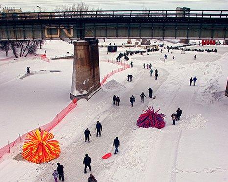 Gleich mehrere Hütten, die einem Spielball aus den 1980-er Jahren ähneln, stehen an den zugefrorenen Flüsse in Winnipeg.