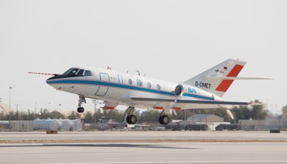 Die Falcon 20-E des DLR ist ein robustes Forschungsflugzeug, das auch bei der Vermessung von Kondensstreifen eingesetzt wird. Zuletzt flogen Forscher in der DLR einer DC-8 hinterher, die Biotreibstoff getankt hatte.