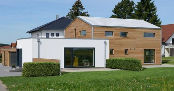 Ein weißes Dach wirft 90 Prozent der Sonnenstrahlen zurück – und sorgt für ein kühleres Klima. In Deutschland gibt es längst Baufirmen, die weiße Dächer im Programm haben, wie Baufritz.