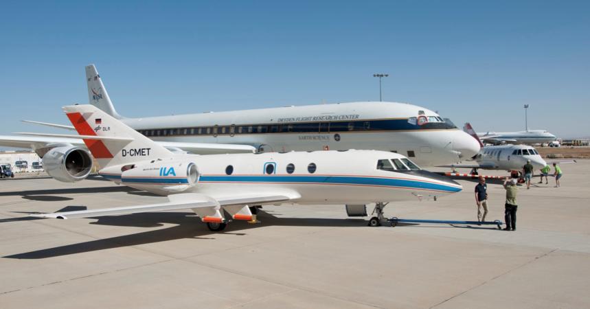 Das DLR-Forschungsflugzeug Falcon analysierte im Flug die Emissionen der DC-8. Diese flog abwechselnd mitregulärem JP8-Flugtreibstoff und Biotreibstoff.