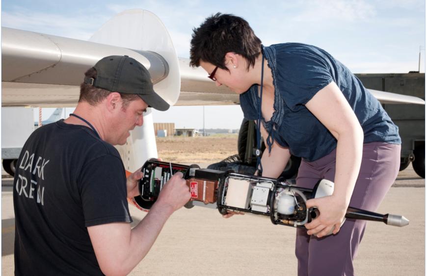 Unter einer Tragfläche der Falcon befinden sich Rußpartikelmessonden. Hier wird eine der Sonden gewartet und wieder eingesetzt.