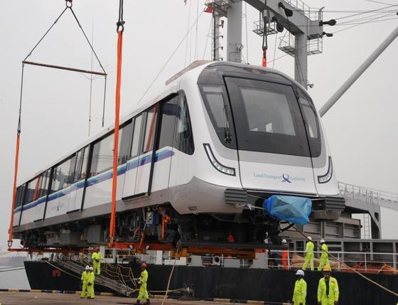 Die in Singapur eingesetzten fahrerlosen Züge stammen von Alstom. Die Signaltechnik lieferte Siemens.