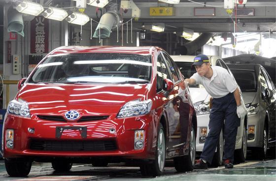 Prius-Produktion im Tsutsum-Werk von Toyota: Der Hersteller hat 1,9 Millionen Autos weltweit wegen Softwareproblemen zurückgerufen. Der Motor kann bei Überlastung der Elektronik während der Fahrt ausfallen. Jetzt bekommen die Autos ein Softwareupdate.
