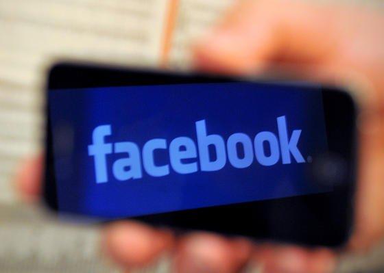 Facebook hat die Mobilfunk-Betreiber aufgefordert, Facebook von der Datendrosselung auszunehmen. Datenmengen der Facebook-Nutzer sollen nicht auf das Datenvolumen angerechnet werden. Vodafone hat das bereits abgelehnt.