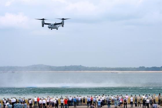Großes Interesse finden die Flugvorführungen auf der 4. Singapur Air Show. Im Bild einBell Boeing V-22, derseine Propeller bei Start und Landung senkrecht stellen und dann wie ein Hubschrauber fliegen kann.