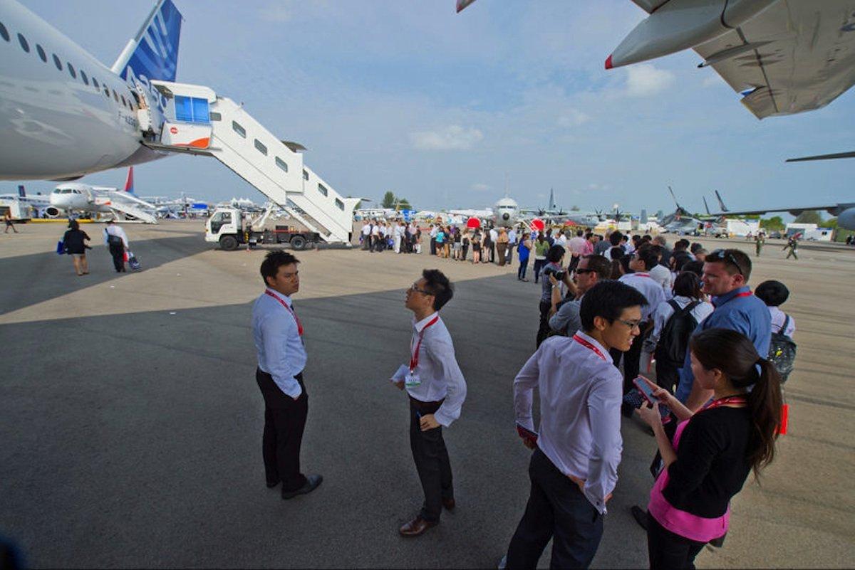 Lange Schlangen bilden sich auf der Singapur Air Show vor dem neuen Airbus A350 XWB: Mit dem neuen Flugzeug will Airbus vor allem in Asien neue Kunden gewinnen.