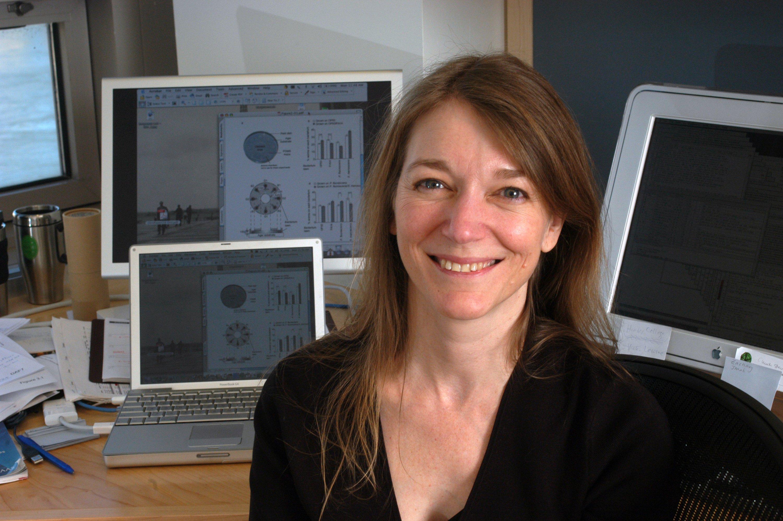 Die Wissenschaftlerin Cori Bargmann 2005 in ihrem Büro in New York vor Computern: Bargmann gilt als eine der erfolgreichsten Forscherinnen ihres Feldes in den USA. Zahlreiche Preise hat sie schon gewonnen, darunter 2012 die Kavli-Auszeichnung, die als ein Vorbote für den Nobelpreis gilt.