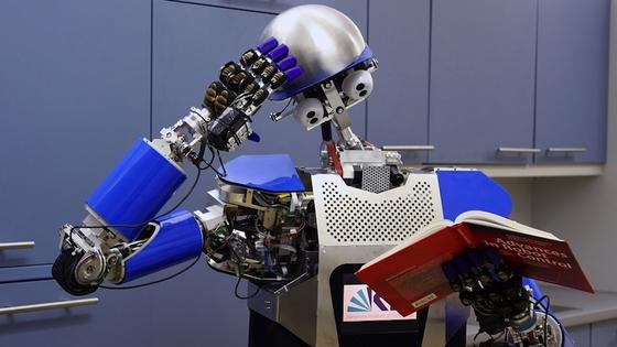 Haushaltsroboter wie das Modell Armar des Karlsruher Instituts für Technologie können immer komplexere Aufgaben übernehmen. Schwachpunkt ist bei vielen Systemen aber noch das maschinelle Sehen. Daran wollen die Londoner Forscher im Roboticlabor arbeiten.