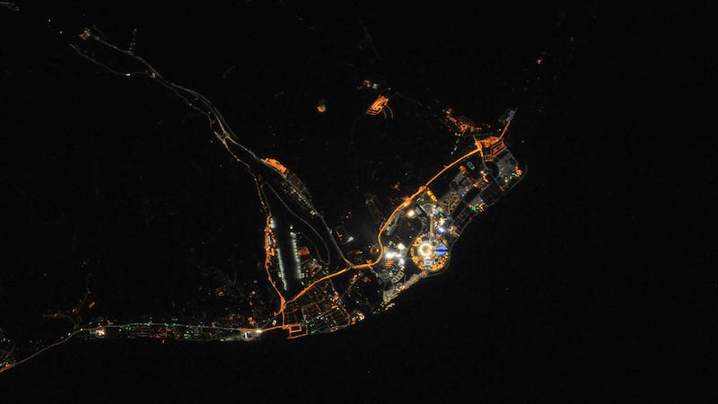 Ein Mitglied der aktuellen Crew auf der Internationalen Raumstation ISS hat dieses Foto von Sotschi bei Nacht zu Beginn der Olympischen Spiele aufgenommen. Dort, wo es am stärksten leuchtet, liegen Olympiapark und Medal Plaza.