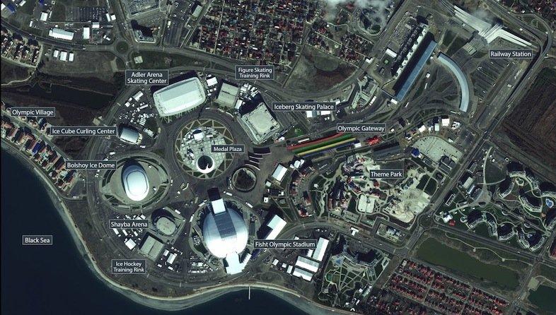 Dieses Satellitenbild hat das deutsche Unternehmen European Space Imaging veröffentlicht.In der Mitte zwischen den Hallen erkennt man die Medal Plaza, wo allabendlich die Siegerehrungen stattfinden.