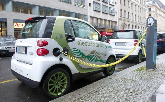 Die Verkaufszahlen von Elektroautos sind hierzulande nach wie vor mäßig: Insgesamt sind derzeit nur rund 90.000 E-Fahrzeuge in Deutschland zugelassen. Auch an Stromtankstellen mangelt es. Einedirekte Staatshilfe ähnlich der Abwrackprämie zur Verkaufsförderung wird vom Bundesverkehrsministerium nach einem Medienbericht offenbar nicht mehr ausgeschlossen.
