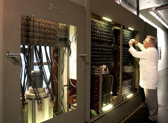 Großrechner verbrauchen jede Menge Strom. Und auch Wärme geht ungenutzt verloren. Karlsruher Forscher haben einen Mikrowandler entwickelt, der elektrische in optische Signale umwandelt. Dadurch werden die Rechner schneller und Leitungsverluste vermieden.