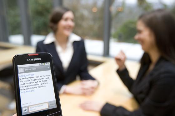 Eine neue Software kann Sprachnachrichten auf einer Mailbox automatisch in Texte umwandeln und auf dem Smartphone anzeigen.
