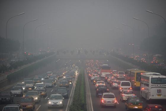 Verkehr, Industrie und die Stromproduktion aus Kohle sorgen für unerträgliche Luftverschmutzung in Peking. Die extreme Schadstoffbelastung mache die chinesische Hauptstadt «fast unbewohnbar für menschliche Wesen», stellte eine jüngste Studie der Akademie der Sozialwissenschaften in Shanghai fest.