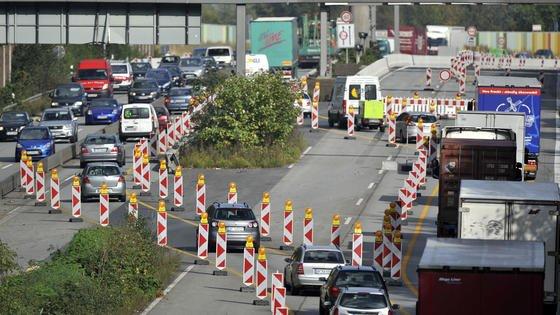 Jedes Jahr fließen über Mineralöl- und Kraftfahrzeugsteuer sowie Lkw-Maut 46 Milliarden Euro in den Bundeshaushalt. Das entspricht 15 Prozent des gesamten Haushalts. Aber nur 7,3 Prozent kommen den Verkehrsinfrastruktur zugute, beklagt das Institut der deutschen Wirtschaft Köln (IW).1992 lag der Anteil noch bei 9,4 Prozent.