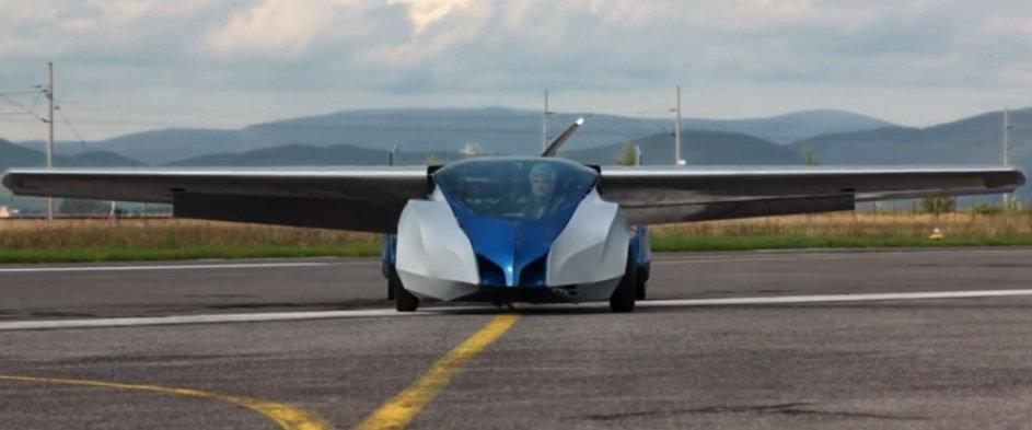Gleich kann das Aeromobil abheben. Die Flügel sind schon ausgefahren.