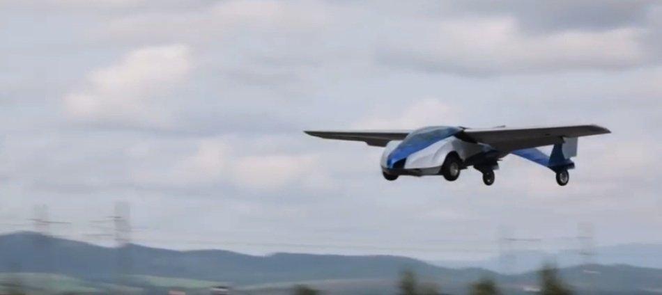 Geschafft: Das Aeromobil gleitet durch die Luft.