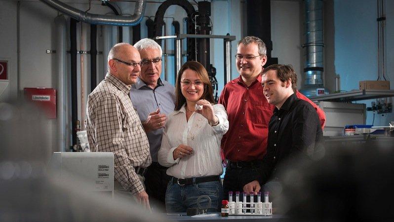 Präsentieren stolz den neuen Schmierstoff (v.l.n.r.): Dr. Holger Kretzschmann (Nematel), Werner Stehr und Susanne Beyer-Faiß (Dr. Tillwich GmbH), Dr. Andreas Kailer und Dr. Tobias Amann (Fraunhofer IWM).