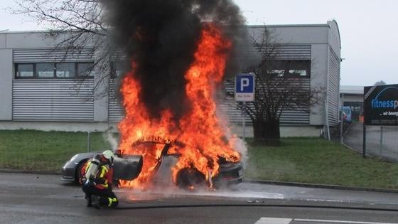 Der von der Kantons-Polizei St. Gallen fotografierte Porsche GT3 brannte nur wenige Minuten, nachdem der Fahrer des Sportwagens merkwürdige Geräusche im Motorraum registriert hatte und von der Autobahn A1 abgefahren war.